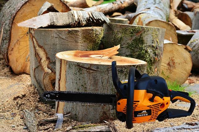 Geschichte von McCulloch / Rasentraktoren Bild: Kettensäge und Holzstämme